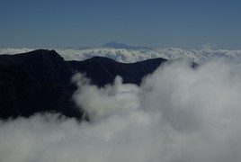 <strong>clouds with El Teide (Tenerife)</strong>